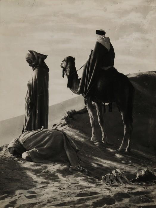 撮影者不詳《砂漠の祈り》m