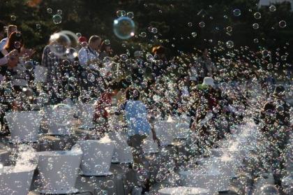 虹色のシャボン玉の中を歩く 「大巻伸嗣 Memorial Rebirth」 【今週のおすすめアート】