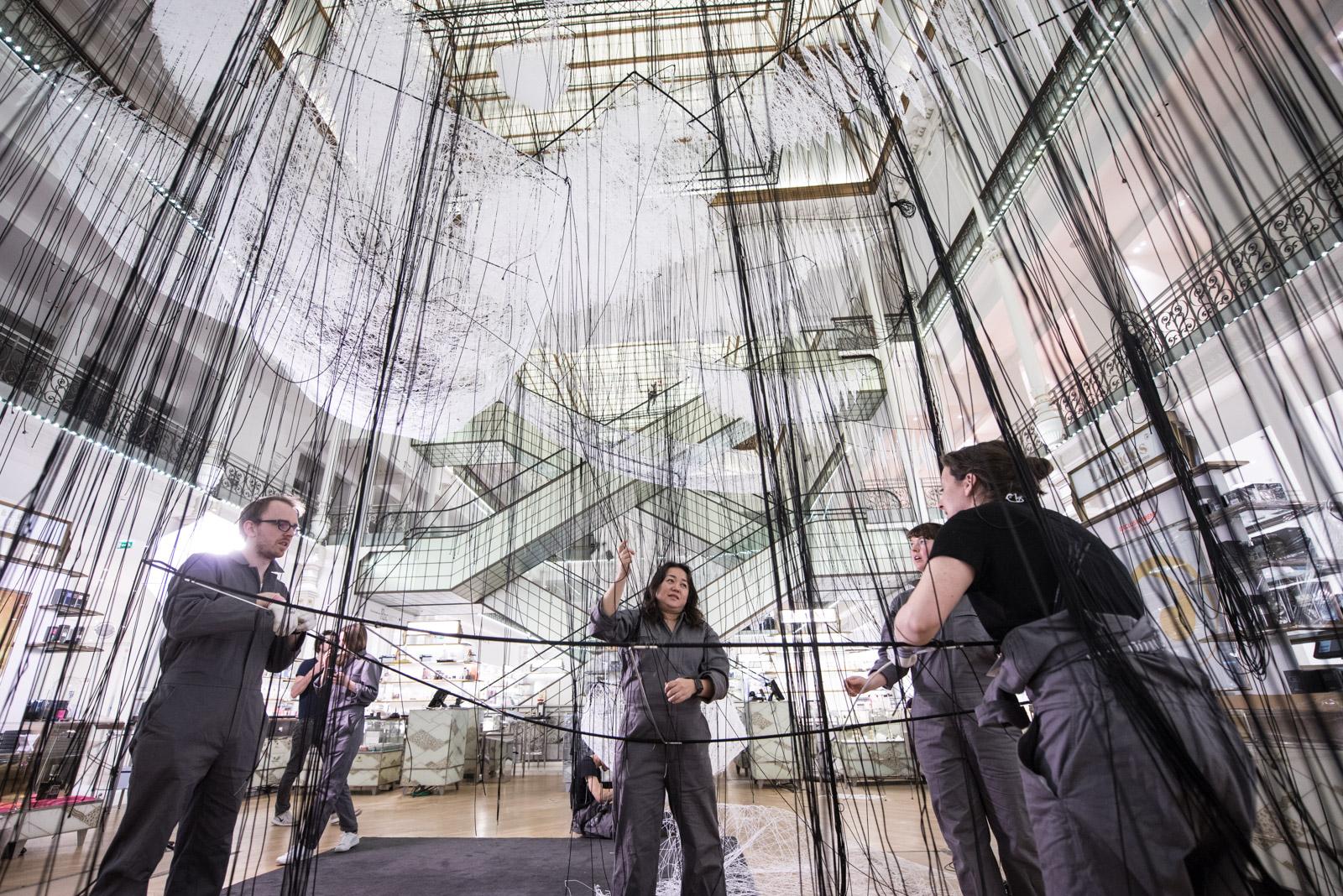 白い糸で紡がれた150隻の船がパリの百貨店に!?塩田千春「どこへ向かって」特別展